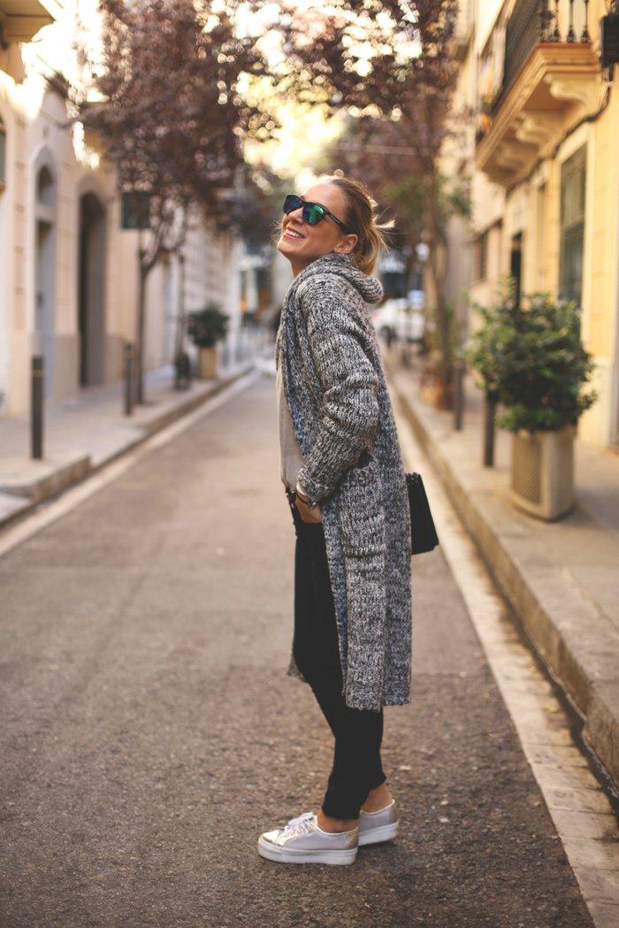 Damen-strickjacke-mit-kapuze-silberne-sportliche-Schuhe