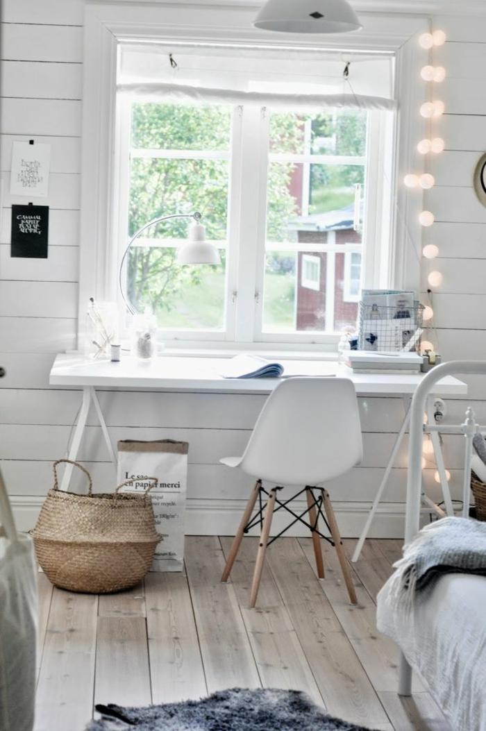Einrichtungsideen-fürs-Arbeitszimmer-Schreibtisch-neben-dem-Sims-Möbel-in-skandinavischem-Stil