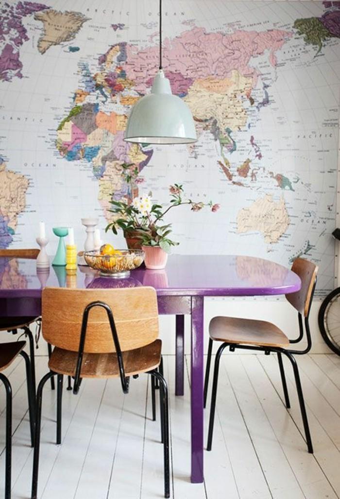 Esszimmer-lila-Esstisch-bunte-tapeten-Weltkarte-Muster-originelle-Idee