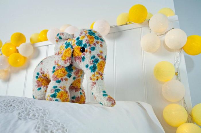 Kinderzimmer-schöne-Dekoration-bunte-glühbirnen-gelb-creme-farbe