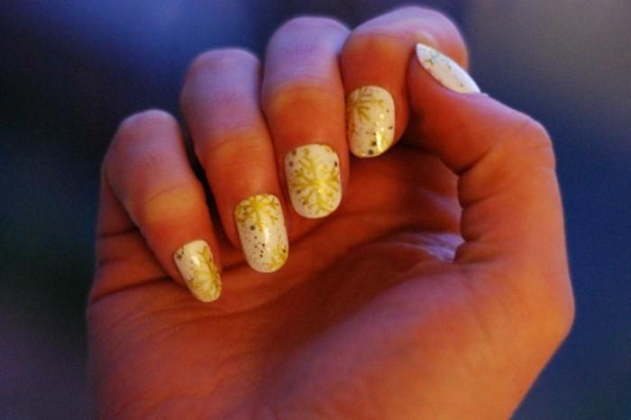 Nageldesign-weihnachten-festlich-goldene-schneeflockchen