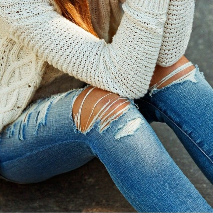 Pullover-Creme-Farbe-jeans-mit-rissen