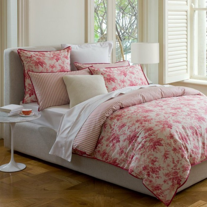 Satin-bettwäsche-blumen-motive-modernes-schlafzimmer