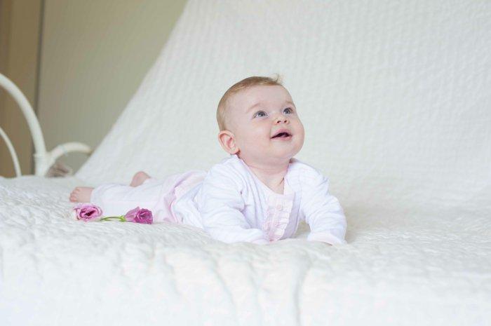 Schlafanzug-baby-weiß-süßes-schlichtes-Modell