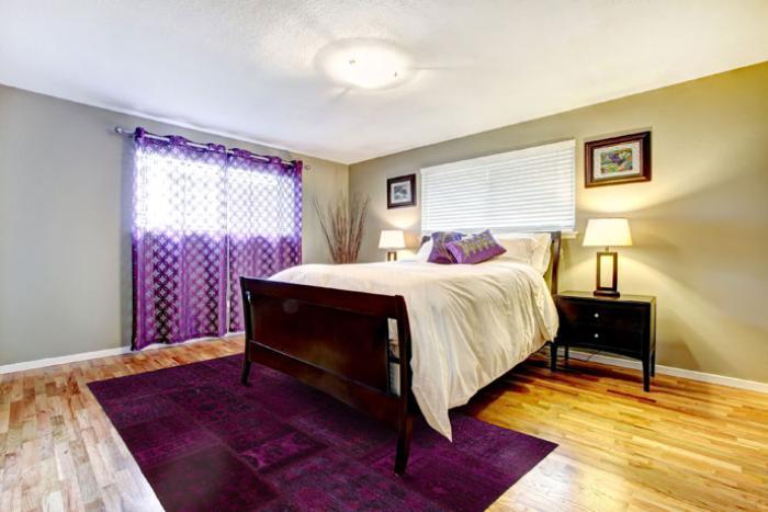 Schlafzimmer-effektvolle-Gestaltung-Teppich-modern-lila-Farbe