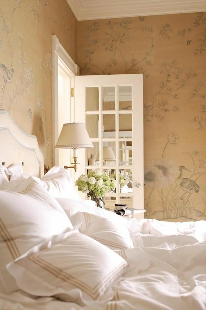 Schlafzimmer-in-Pastellfarben-weiße-Bettwäsche-natural-aussehendes-tapeten-muster