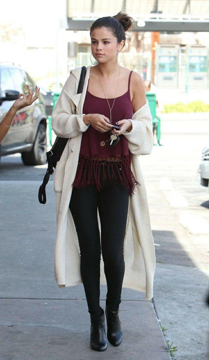 Selena-Gomez-lange-strickjacke-beige
