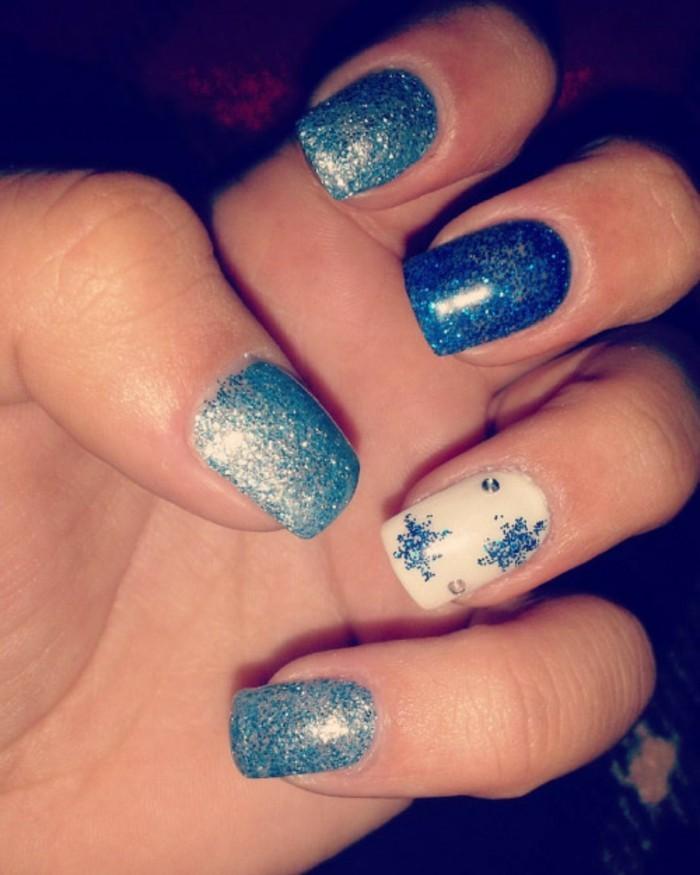 Weihnachts-nageldesign-schimmerig-blau