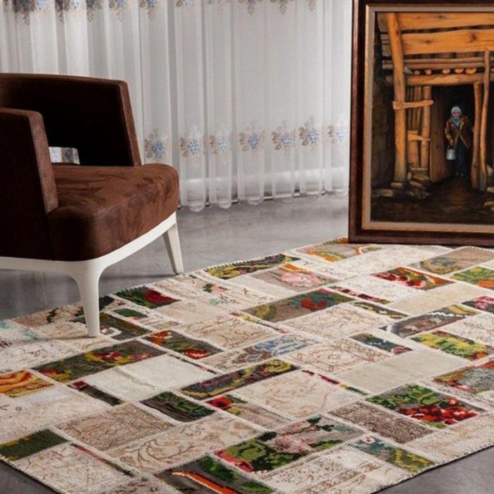 Wohnzimmer-ethnische-Gestaltung-schöner-brauner-Sessel-vintage-teppich