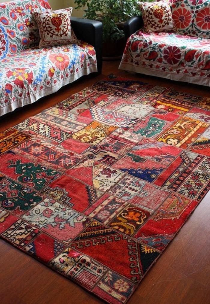 Wohnzimmer-orientalisches-Interieur-vintage-teppich-mit-ethnischen-Motiven