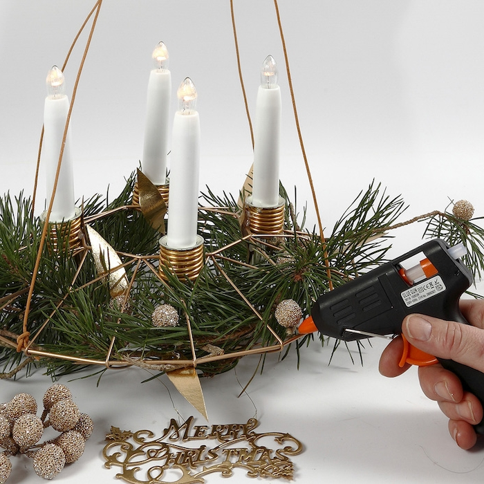 Adventskranz selber basteln mit künstlichen Tannenzweigen, kleine goldene Kugeln aufkleben