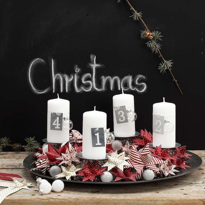 Alternative zum klassischen Adventskranz, weiße Kerzen mit Nummernschilder, rote und weiße Papiersterne