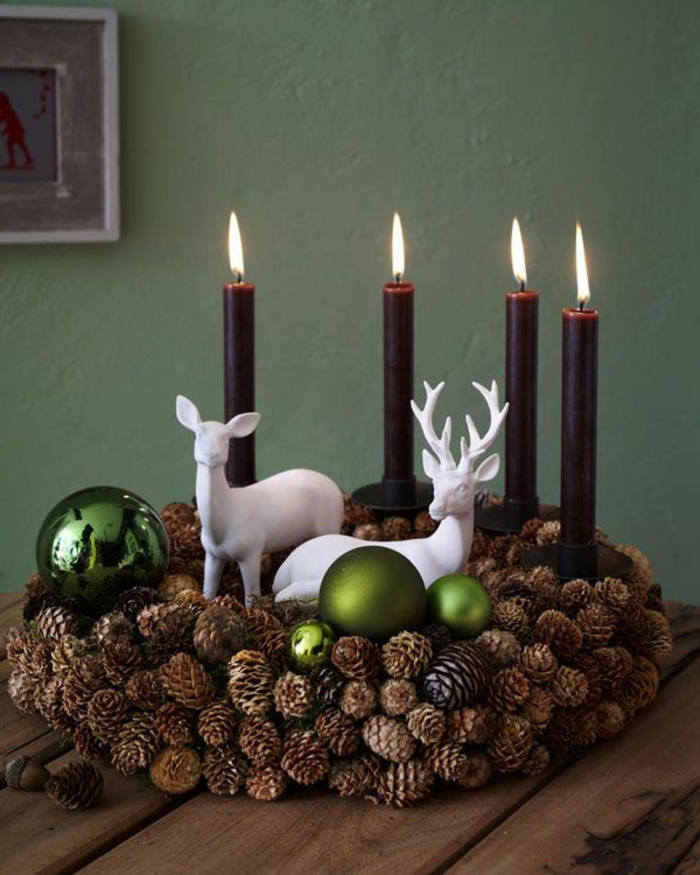 adventskranz-basteln-elegante-kerzen-grüne-bäller