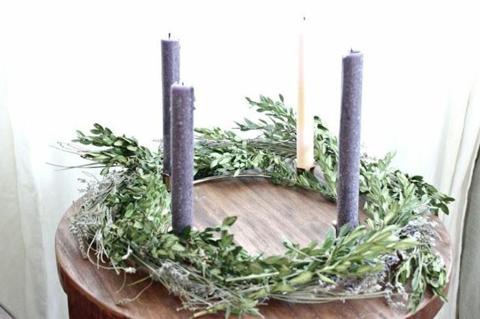 adventskranz-ideen-grüne-gestaltung-lange-kerzen