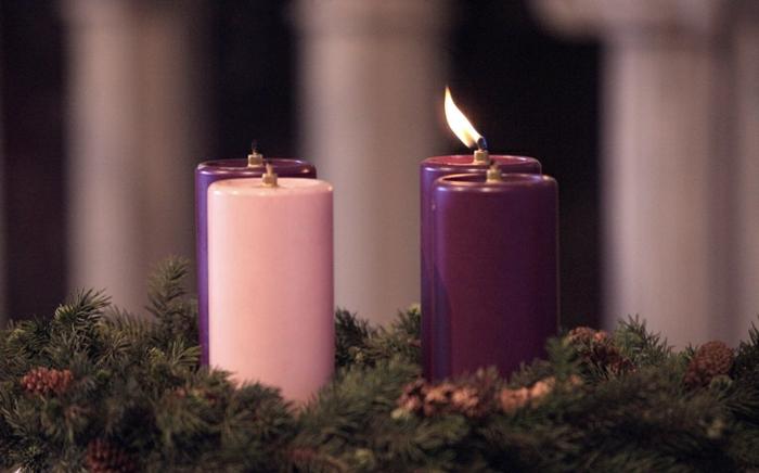 adventskranz-ideen-lila-kerzen-in-zwei-nuancen