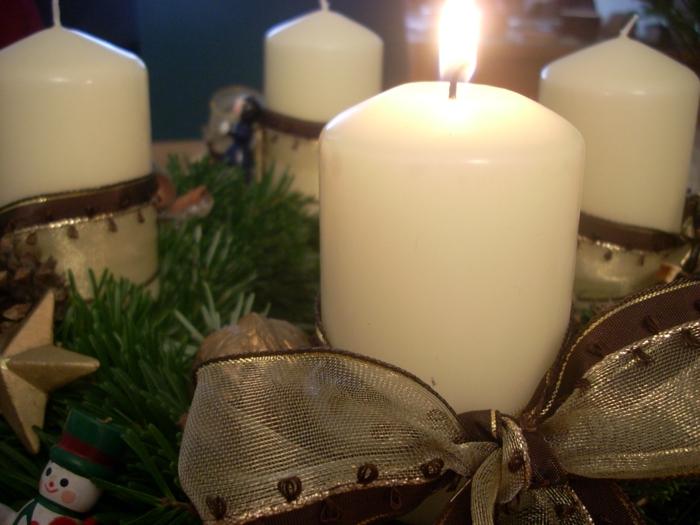 adventskranz-ideen-tolle-schleife-weiße-kerzen