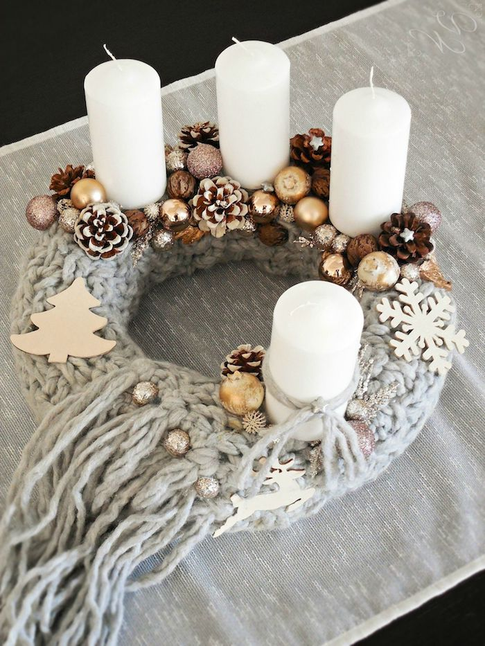 Adventskranz selber basteln, Basis mit Schal umwickeln, mit Weihnachtsfiguren aus Holz, Christbaumkugeln und Zapfen verzieren, vier weiße Kerzen