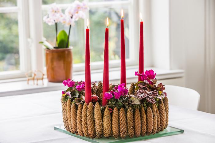 DIY Adventskranz aus Tannenzapfen und echten Blumen, vier rote Kerzen, Adventsdeko selber machen