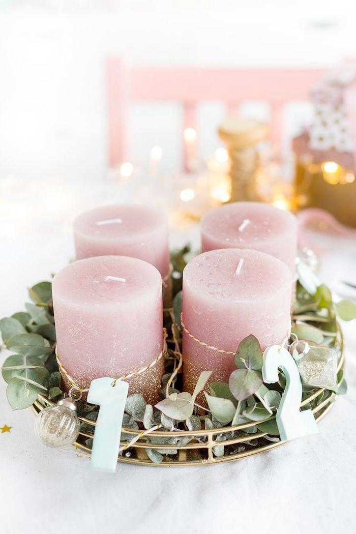 Adventskranz einfach und schnell selber machen, vier rosa Kerzen mit goldenem Glitzer, kleine durchsichtige Christbaumkugeln und Zahlen