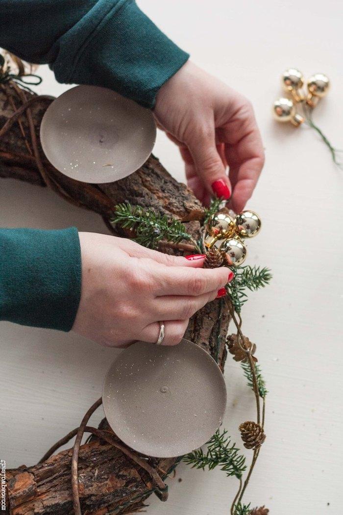 Schritt für Schritt Adventskranz aus Baumrinde selber machen, mit kleinen goldenen Christbaumkugeln und Tannenzweigen verzieren