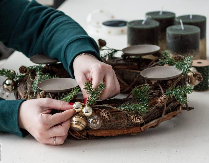 DIY Adventskranz aus Baumrinde, mit goldenen und durchsichtigen Christbaumkugeln dekorieren