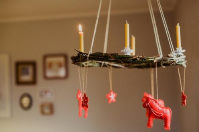 adventskranz-zum-hängen-interessantes-modell-aus-holz