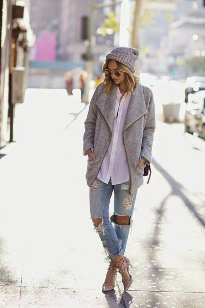 alltäglicher-Look-jeans-mit-löchern-Designer-Schuhe-grauer-Mantel