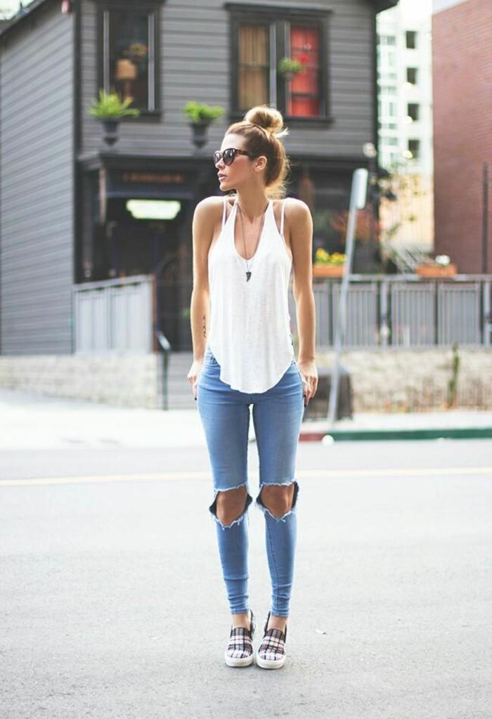 alltäglicher-Look-jeans-mit-löchern-weißer-Top