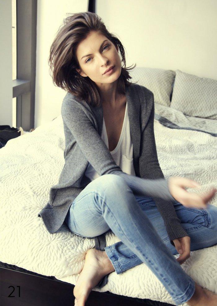 alltäglicher-Outfit-Jeans-grauer-strickcardigan