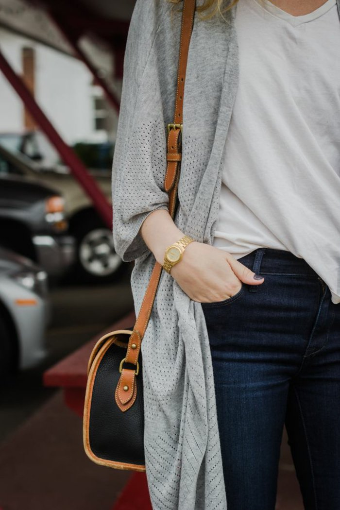 alltäglicher-Outfit-elegante-Tasche-lange-strickjacke-grau-Jeans