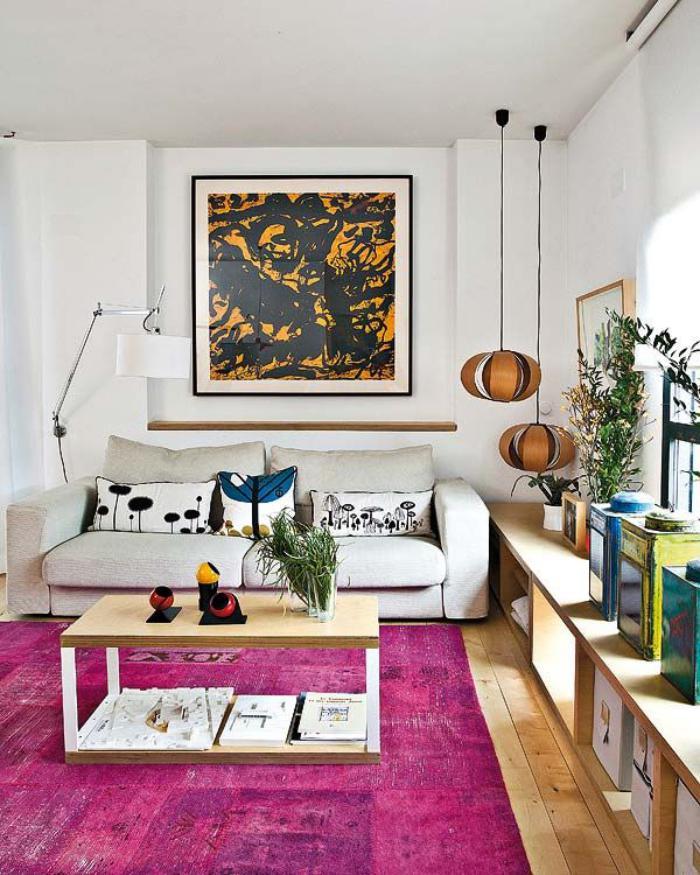 artistisches-Wohnzimmer-Interieur-Patchwork-teppich-Zyklamen-Farbe