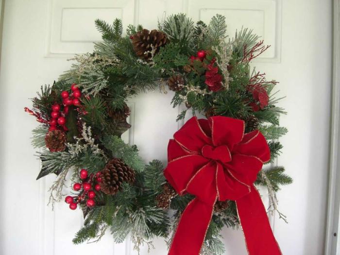 asventskranz-binden-rote-schleife-wunderschöne-weihnachtsdeko