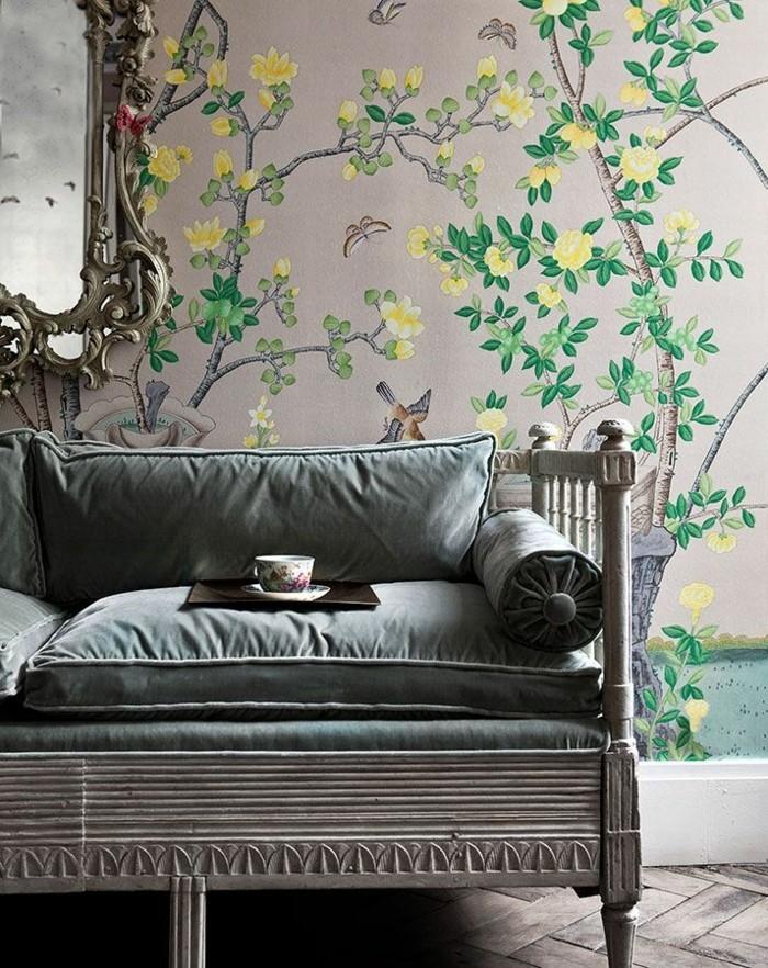 ausgefallene-tapeten-Baum-gelbe-Blüten-vintage-Spiegel-bequemes-Sofa