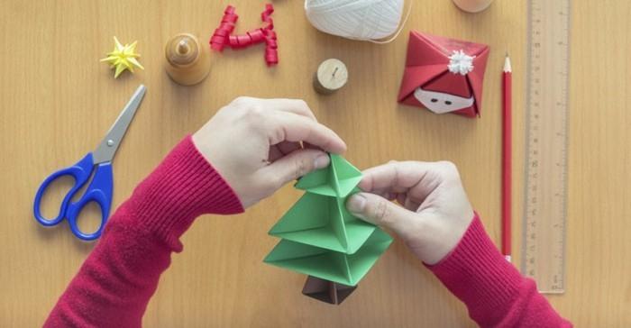 bastelideen-für-weihnachten-einen-tannenbaum-aus-papier-machen