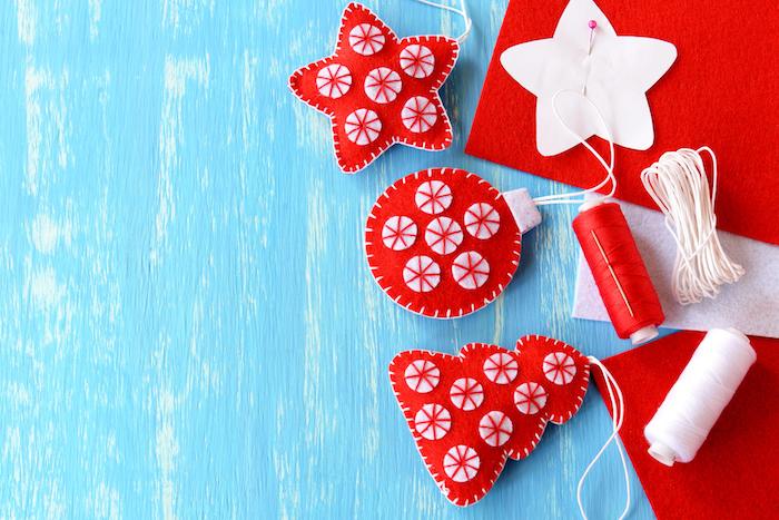 Aufhänger für den Weihnachtsbaum selber nähen aus Filz, in Rot und Weiß, Weihnachtabasteln Kinder