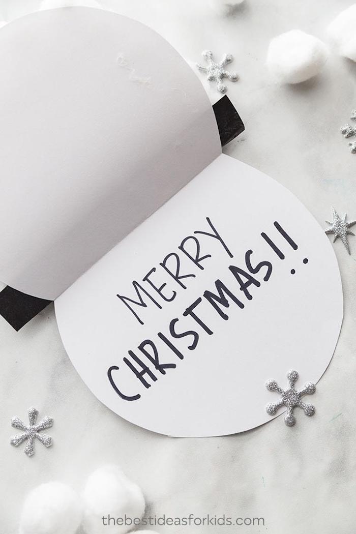 Weihnachtskarte in Form von Schneemann selber machen, Watte und kleine Schneeflocken aufkleben