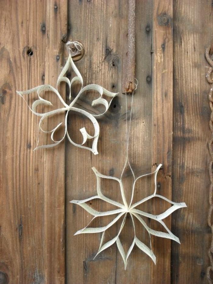 bastelideen-zum-weihnachten-zwei-super-schöne-weiße-sterne-an-der-hölzernen-wand