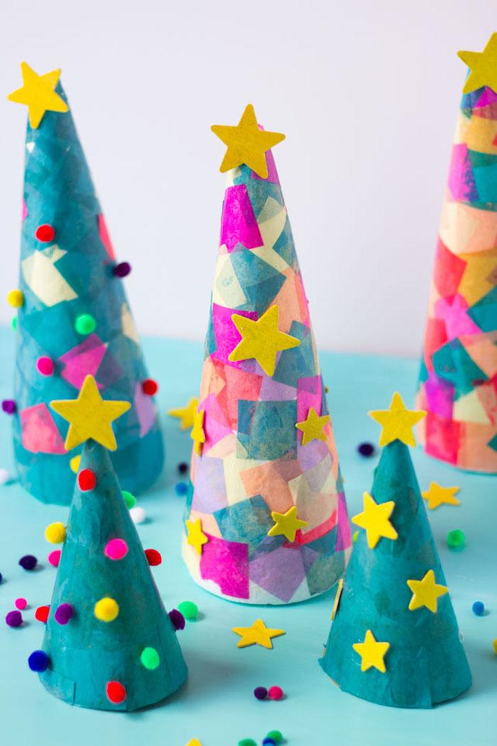 Weihnachtsbäume basteln aus Karton, mit bunten Papierstücken, Bommeln und Sternen verzieren