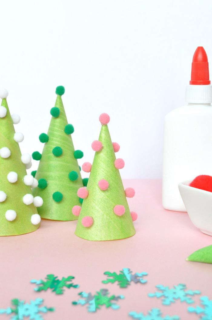 Kegel aus Papier grün ausmalen, kleine weiße, grüne und rosafarbene Bommeln aufkleben, Weihnachtsbaum selber machen