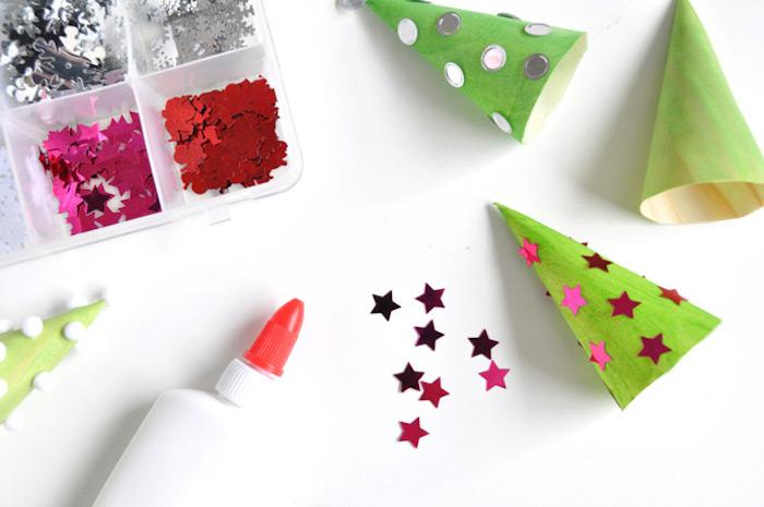 Kegel aus Karton grün ausmalen, kleine rote Sterne aufkleben, Weihnachtsbaum selber machen