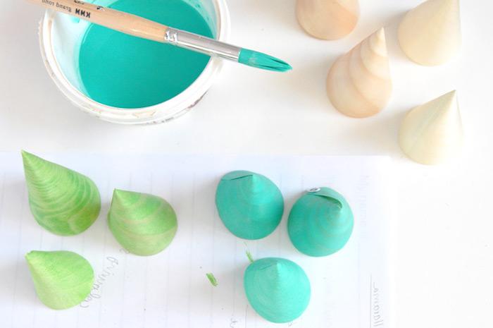 Kleine Kegel aus Papier grün bemalen, Weihnachtsbaum selber basteln, DIY Ideen für Weihnachtsdeko