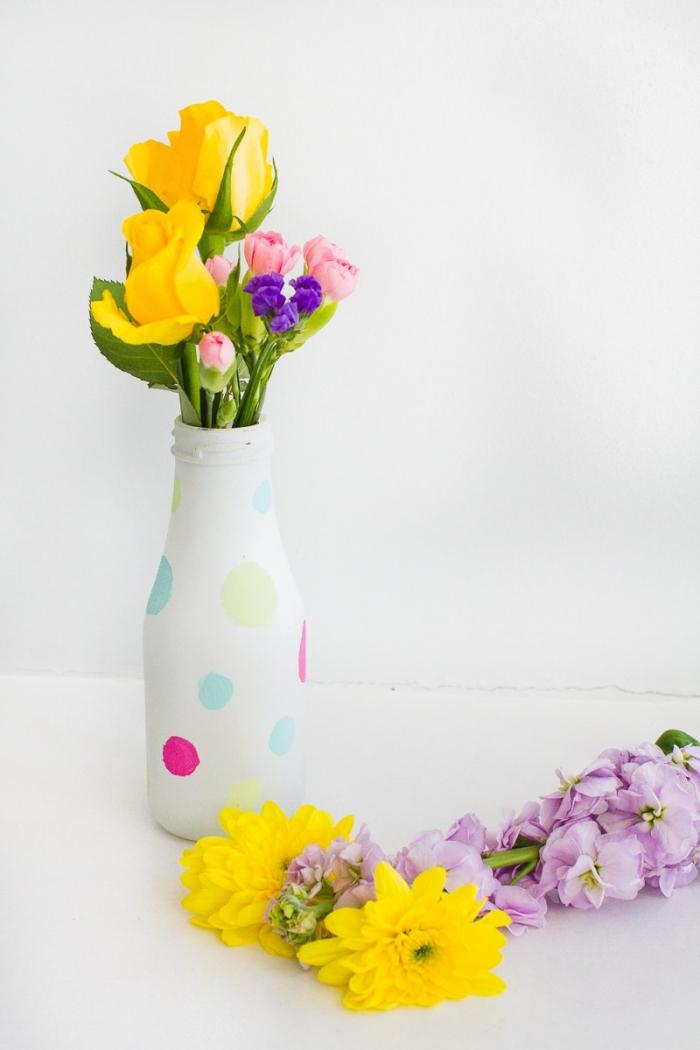 frische blumen tischdeko, diy vase dekoreiren mit aqurellfarbe, tisch dekorieren