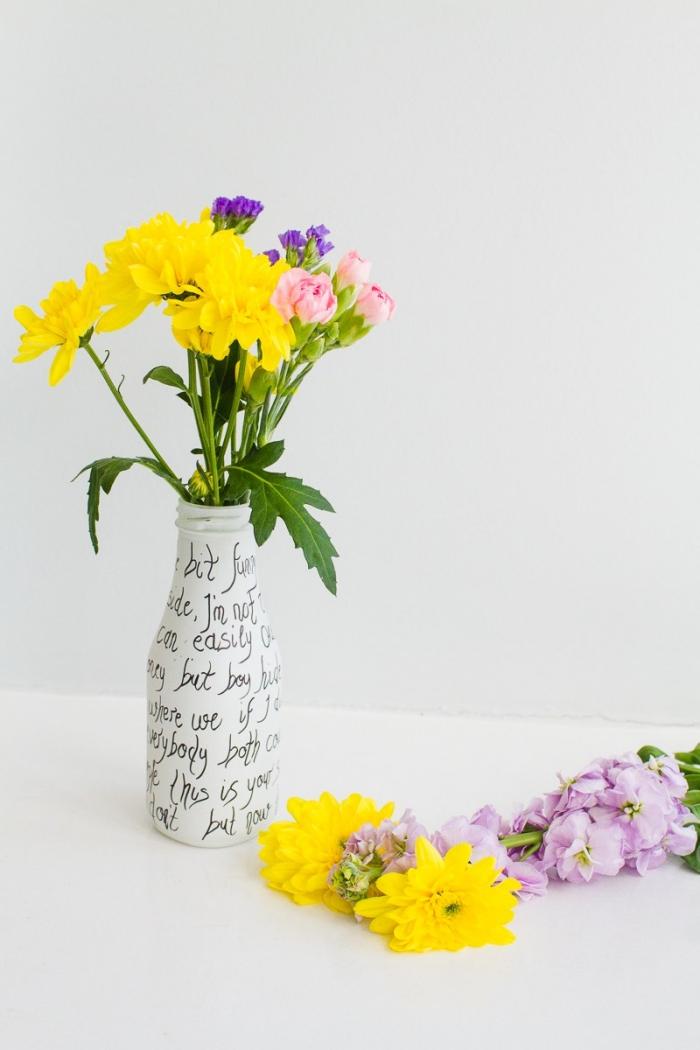 vase dekorieret mit weißer farbe und schwarzem marker, blumen tischdeko, diy deko