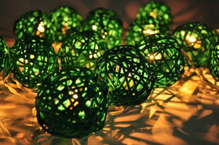 bunte-glühbirnen-grüne-Kugeln-dekorative-Funktion