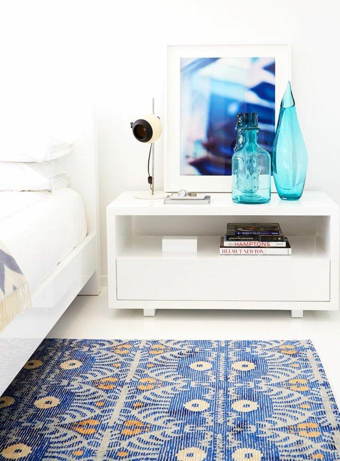 das-Schlafzimmer-mit-glasvasen-dekorieren-blaue-deko-vasen