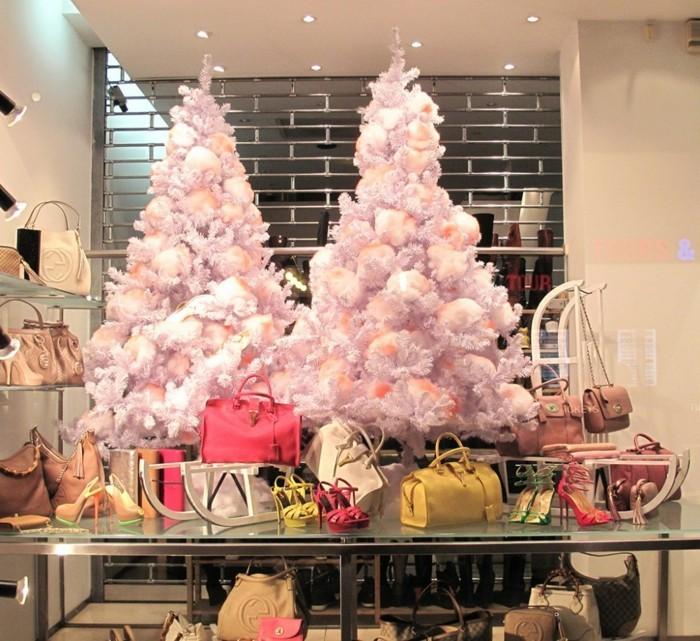 deko-fenster-zum-weihnachten-zwei-rosige-weihnachtsbäume