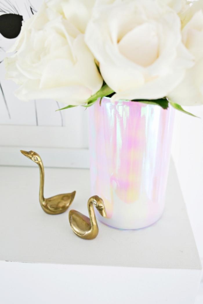 deko tisch, halogyne vase, weiße blumen, selbstgemachte tischdekoration, kleine goldene figuren