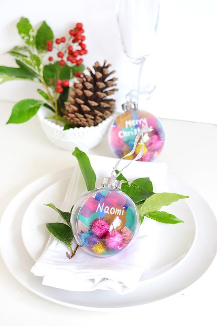 weihanchtskugel gefüllt mit papier und bommeln, deko tisch zu weihnachten, tellerdeko