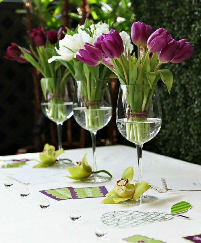 deko-vasen-Weingläser-als-blumenvasen-glas-lila-Tulpen-Tischdekoration