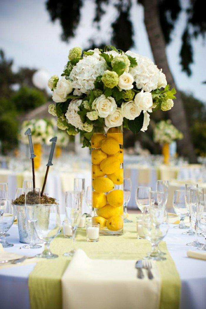 deko-vasen-groß-mit-vasen-dekorieren-weiße-Rosen-Hortensien-Zitronen